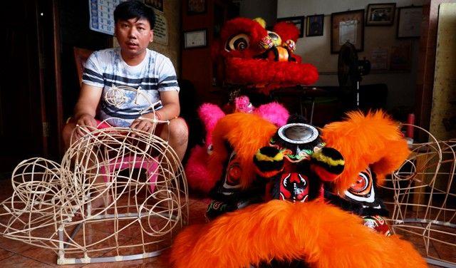 KREATIF: Barongsai kepala kucing dan kepala bebek produksi Julius Setiawan.