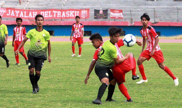 REBUT BOLA: Pemain PS Sinar Harapan (hijau) saat laga derby melawan Deltras Sidoarjo di stadion GOR Delta.