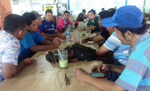 DISKUSI: Pelatih dan pengurus Askab PSSI Gresik berdiskusi untuk persiapan liga berjejang mandiri di Joglo Petrokimia Gresik.