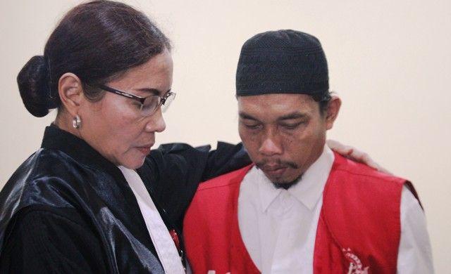 TEGA: Muslimin selepas menjalani persidangan di Pengadilan Negeri Sidoarjo
