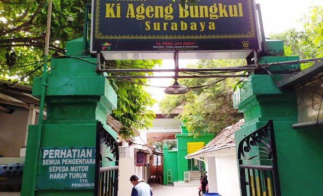 DIRENOVASI: Komplek Makam Ki Ageng Bungkul yang berada di pusat kota Surabaya.