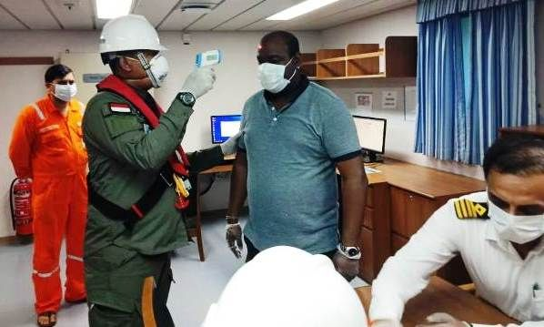 SCAN: Petugas memeriksa ABK kapal asing untuk mengantisipasi penyebaran virus corona.