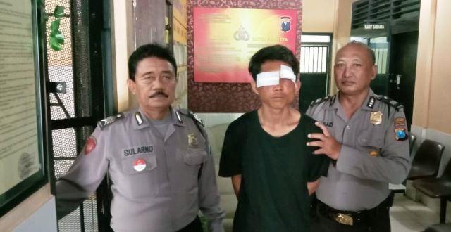 NYONYOR: Tersangka Rofii diamankan petugas Polsek Wonokromo usai di hakimi massa di Ngagel Rejo, Surabaya.