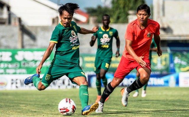 GAGAL: Gelandang Persebaya Muhammad Hidayat (kiri) berebut bola dengan gelandang Bhayangkara FC, Adam Alis.