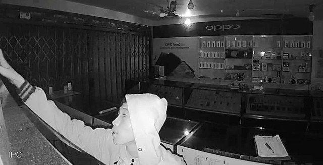 KETAHUAN: Pelaku yang berhasil menggondol 38 unit HP dan terekam CCTV di lokasi kejadian