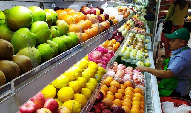 ANJLOK: Penjualan buah impor di salah satu gerai di pusat perbelanjaan di Surabaya.
