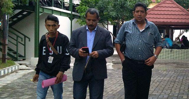 DISIDIK : Billy Puttiray (kiri) datang ke Mapolrestabes Surabaya bersama kuasa hukum M1R, Senin (17/2).
