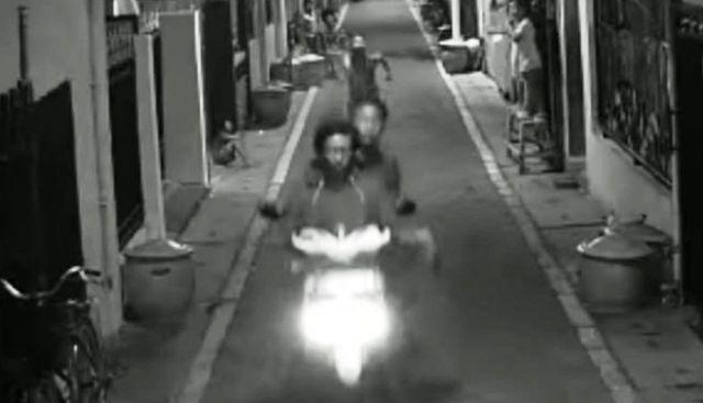 TERPANTAU: Terduga pelaku perampasan HP di Simo Magerejo terekam CCTV.