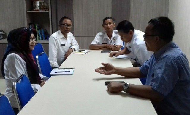 RAPAT: Pejabat Dispora Gresik dan GM PT Media Radar Surabaya Aries Wahyudianto rapat di ruangan Kepala Dispora Gresik.