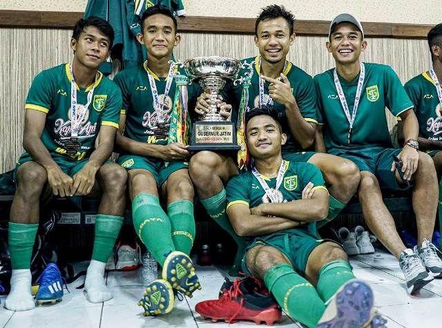 AMUNISI MUDA: Para pemain muda Persebaya yang berkontribusi mempersembahkan trofi gelar juara Piala Gubernur Jatim 2020.