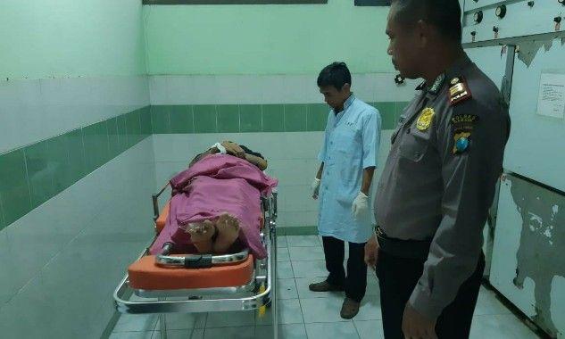 TEWAS: Kapolsek Panceng AKP Darsuki saat mengantar jenazah korban Rahmawati Ayoe di kamar jenazah RS Ibnu Sina.