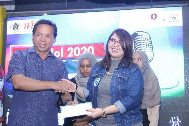 SANG JAWARA: Ketua Umum PWI Jatim Ainur Rohim menyerahkan hadiah kepada Nindya dari RRI sebagai juara 1 PWI Idol.