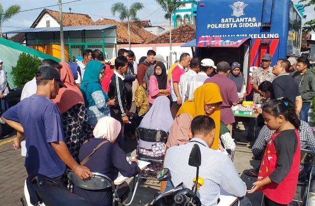 MEMBELUDAK: Layanan SIM Keliling Polresta Sidoarjo di Pasar Tulangan.