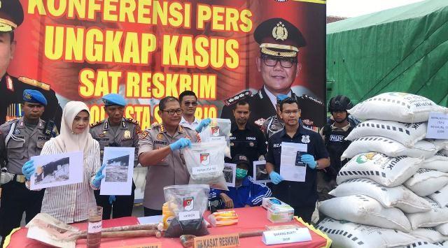 TERBONGKAR: Polisi mengungkap industri pupuk illegal yang sudah beroperasi selama 14 tahun, kemarin (25/2).