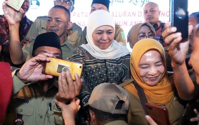 BERSAMA KADES: Gubernur Jatim, Khofifah Indar Parawansa bersama para kepala desa se-Jatim di JX International Surabaya.