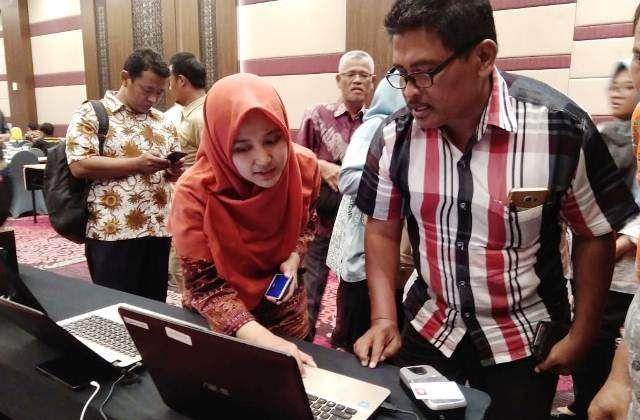 BELAJAR: Simulasi alat e-voting bagi panita Pilkades, kemarin (25/2).