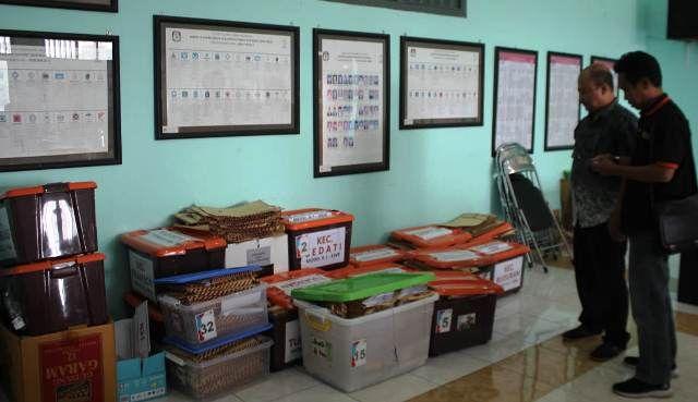 INDEPENDEN: Berkas milik Agung-Sugeng yang disinkronisasi di KPUD Sidoarjo, Rabu (26/2)