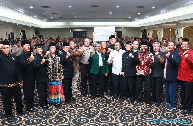 DEMI JATIM: Kapolda Jatim Irjen Pol Luki Hermawan bersama para pendekar dari Jawa Timur.
