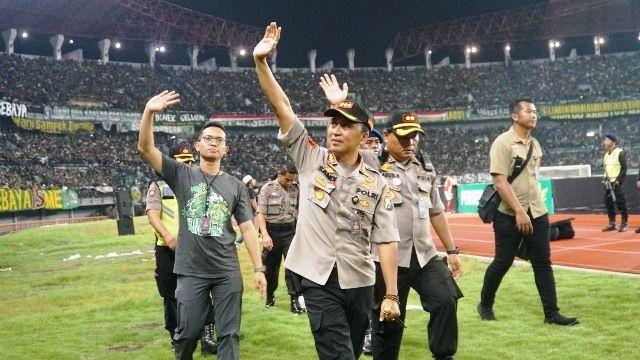 SIAGA : Kapolretabes Surabaya Kombes Pol Sandi Nugroho saat memimpin pengamanan pertandingan di Gelora Bung Tomo, Surabaya.