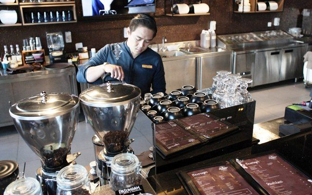ANDY SATRIA/RADAR SURABAYA CITARASA: Barista sedang meracik minuman kopi dengan mesin. Industri kopi akhir-akhir ini melonjak luar biasa. Untuk itu, BSN telah menetapkan SNI mengenai kopi.