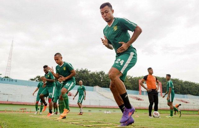 SIAP: Para penggawa Persebaya giat berlatih jelang laga melawan Persipura di Stadion GBT.
