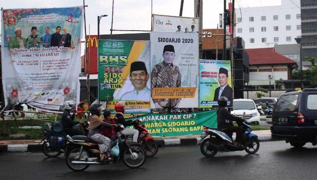 NAMPANG: Sejumlah spanduk tokoh yang terpasang di bundaran TPI Sidoarjo