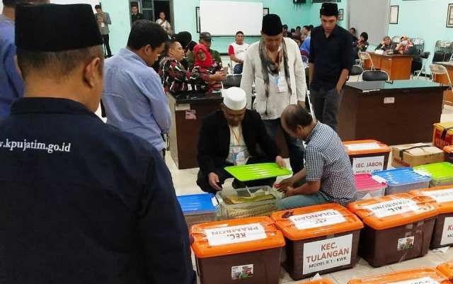 PEMERIKSAAN: Berkas dukungan calon perseorangan saat diperiksa di Kantor KPU Sidoarjo.