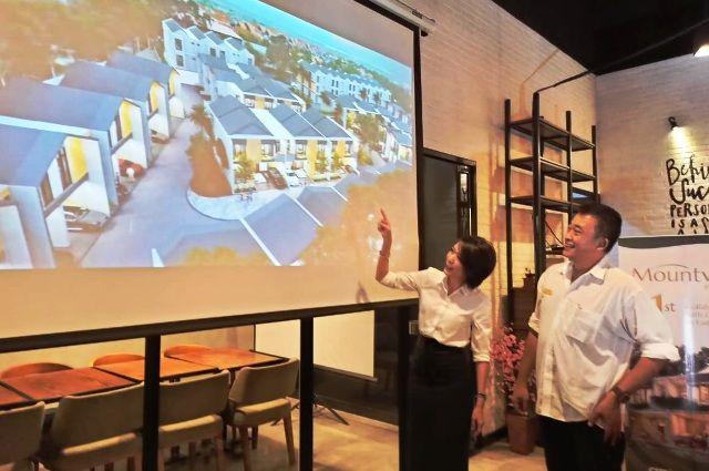 POTENSIAL: Direktur CitiNine Group Stafenus Budihardja (kanan) dan Marketing Manager CitiNine Group Julia Wira Jani menjelaskan rencana pengembangan perumahan dan komersial CitiNine Group.