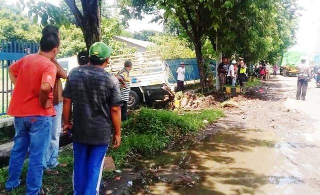 RAWAN: Kecelakaan pikap menabrak pagar usai ditabrak truk trailer di kawasan Taman.