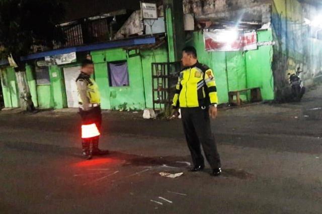 NAHAS: Polisi lakukan olah TKP kecelakaan di Jalan Raya Jemundo, Taman, Selasa (24/3) malam.