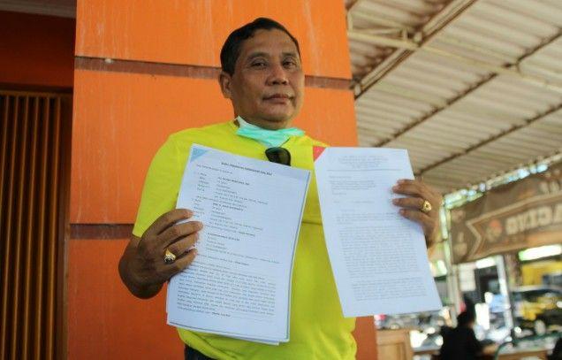 KEBERATAN: Mantan ketua DPC Gerindra, M. Rifai menunjukkan surat somasinya.