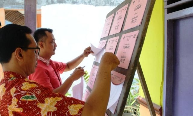 TAHAPAN: Proses pemutakhiran data yang dilakukan KPU Sidoarjo.