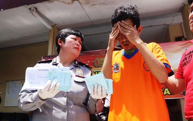 TAK DISETOR: Kapolsek Wonocolo Kompol Masdawati (paling kanan) menunjukkan barang bukti dan tersangka kasus penggelapan yang berhasil diamankan.