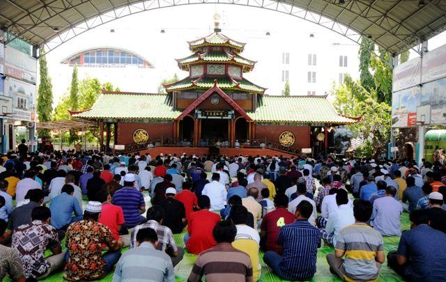 IKUTI IMBAUAN PEMERINTAH: Suasana salat Jumat berjamaah di Masjid Muhammad Cheng Hoo pada Jumat (20/3) lalu. Jumat ini (27/3) mereka meniadakan salat Jumat.