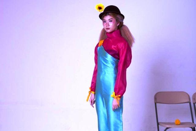 CHEERFUL: Seorang model  mengenakan busana berkonsep pop art dengan permainan colorblock.