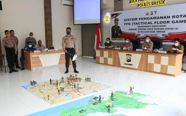 SIMULASI: Kapolres Gresik AKBP Kusworo Wibowo memimpin simulasi sistem pengamanan kota konsep TFG (Tactical Floor Game) di Aula Parama Satwika 98 Polr