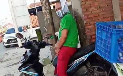 PORNOAKSI: Pelaku yang nekat beronani di atas motor meski dilihat dan divideokan.