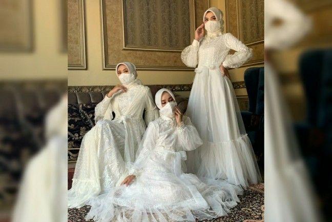 KEMBALI KE FITRAH : Tiga model menampilkan karya desainer Riris Ghofir dengan tema Raya Series yang didominasi warna putih.