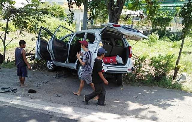 RUSAK: Kondisi mobil Avanza usai terlibat kecelakaan.