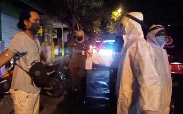 DIANTARKAN: Usai patroli gabungan jam malam PSBB satu orang dinyatakan reaktif usai jalani rapid tes dan diantar menjalani pemeriksaan kesehatan lanjutan di RSUD Ibnu Sina.
