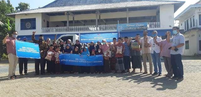 SUMBANGAN: Pemimpin Cabang BRI Gresik, Hery Noercahya memberikan santunan kepada panti asuhan Muhammadiyah Mojopurogede Kecamatan Bungah.