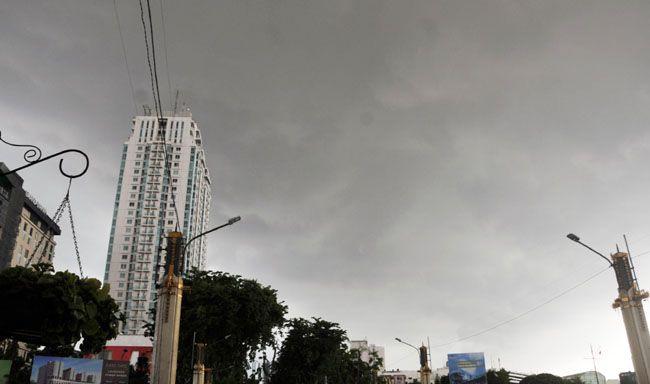 EFEK ROSBBY: Cuaca Surabaya yang mendung dan turun hujan dikarenakan adanya gelombang udara Rossby yang diprediksi hingga Lebaran nanti.