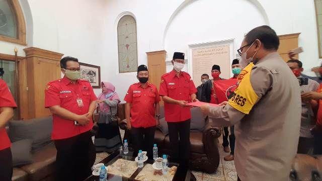 PROSES HUKUM: Pengurus DPC PDIP Surabaya menyampaikan pernyataan sikap di Polrestabes Surabaya.