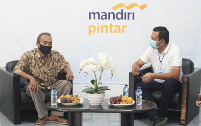 DEKAT NASABAH: Regional CEO VIII/Jawa 3 Bank Mandiri, I Gede Raka Arimbawa, berdialog dengan nasabah kredit mikro seputar tantangan bisnis mikro di era pandemi.