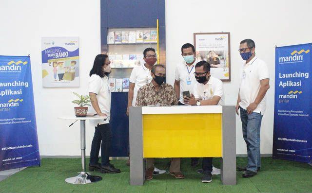 INOVASI: Dari kanan; Area Head Surabaya Niaga, Mikro Banking Head Region VIII, Luhut Siahaan, Regional CEO VIII/Jawa 3 Bank Mandiri, I Gede Raka Arimbawa, dan Deputi Kredit dan Bisnis, Ahmad Bambang Bintoro, menyaksikan keunggulan aplikasi Mandiri Pintar.