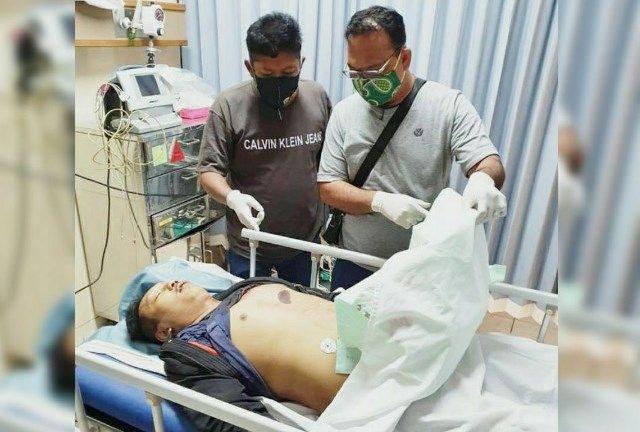 LUKA PARAH: Petugas menunjukkan luka tusuk di dada kiri korban yang menyebabkannya tewas meski sempat dibawa ke RS Mitra Keluarga, Waru.