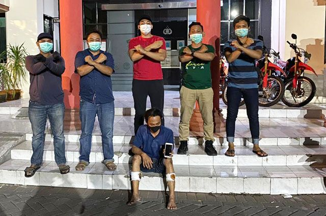 DUDUK: Tersangka Ardhitya Catur Rizali, 25, warga Jalan Genting IV, Surabaya ditangkap saat berada dalam pelarian.