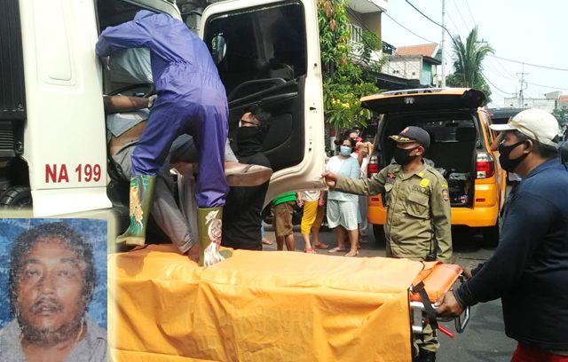 BIKIN GEGER: Petugas mengevakuasi jenazah Iwan Nurdin (insert) yang ditemukan tewas di bangku kemudi truk di Jalan Karangpoh, Tandes, Rabu (29/7).