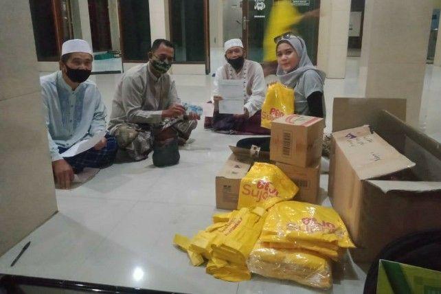 BERBAGI: Tim PT Bintang Toedjoe saat menyerahkan ratusan produk BEJO Sujamer dan kaos untuk panitia kurban.