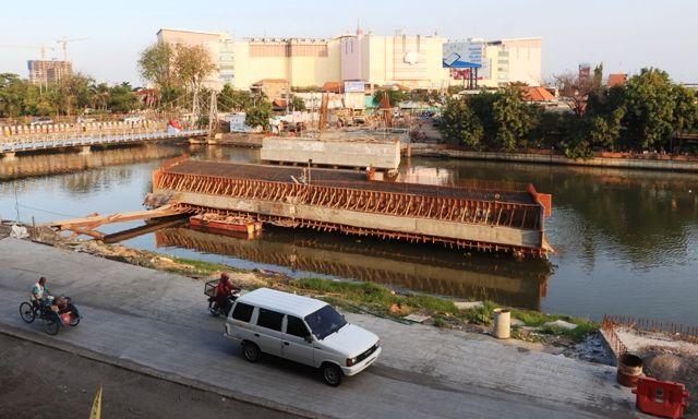 DIPERCEPAT: Proyek pembangunan Jembatan Joyoboyo di kawasan Wonokromo, Surabaya.